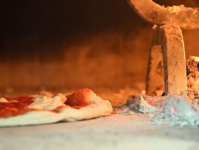 Pizza margherita nel forno