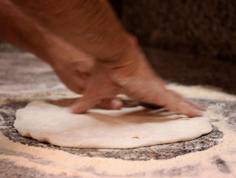 Pizza margherita stesura pizza