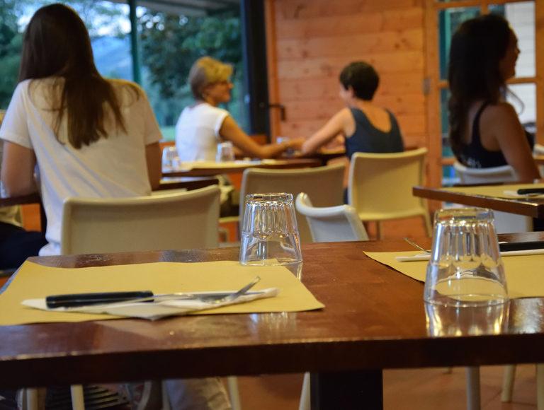 pizzeria-con-tavoli-interno-borgo-san-lorenzo